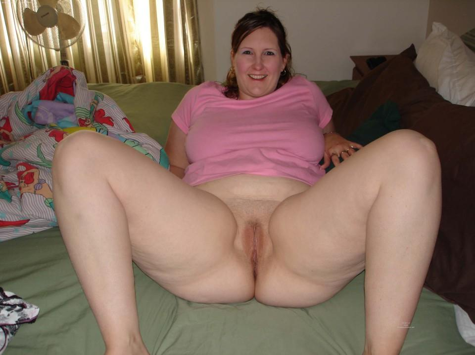 Chubby mature pussy spread